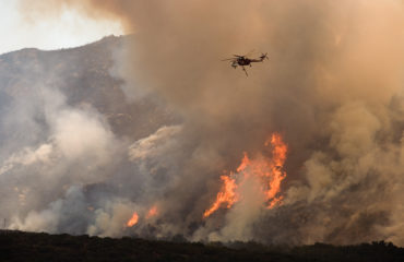 FEMA_-_33364_-_A_helicopter_drops_water_on_the_wildfire_in_California